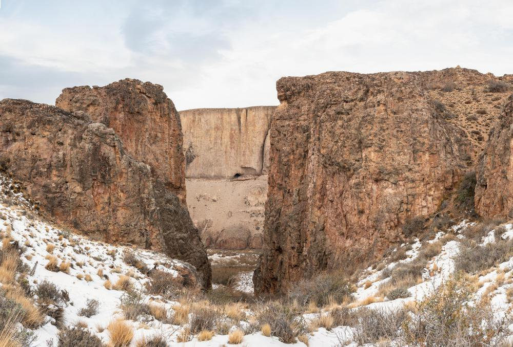 Cueva-de-las-Manos-desde-el-sendero-Bajada-de-los-Toldos-en-Portal-Cañadón-Pinturas-©️-Franco-Bucci