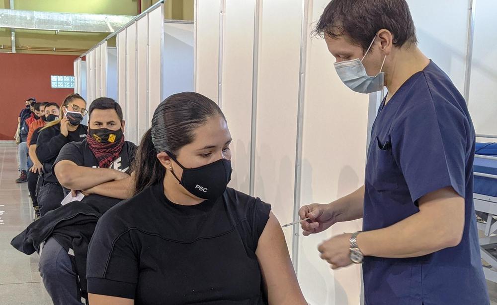 vacunacion a policias y bomberos 2